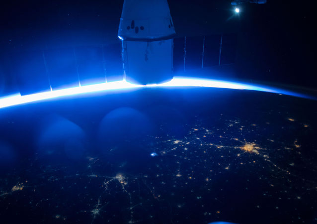 Космический корабль Dragon SpaceX в космосе