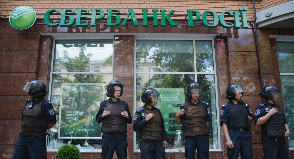 Sberbank of Russia branch in Kiev surrounded by Ukrainian police following vandalism by unidentified radicals. File photo.
