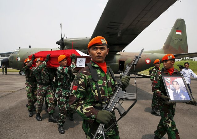 Indonesian air force soldiers carry the coffin of a victim of an Indonesian military C-130B Hercules aircraft that crashed into a residential area, near a Hercules aircraft at a military airbase in Medan, North Sumatra province, Indonesia July 1, 2015