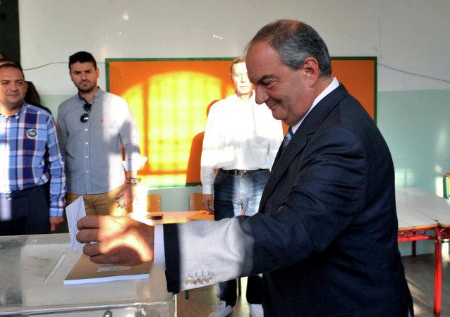 Former Greek Prime Minister Kostas Karamanlis cast his vote during the Greek referendum in Thessaloniki on July 5, 2015