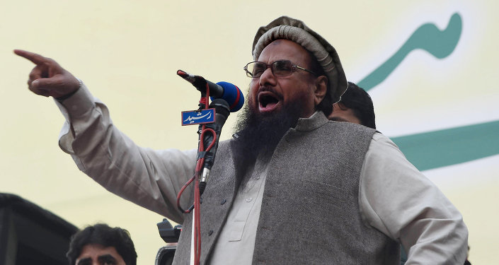 Hafiz Muhammad Saeed (C), head of the banned Pakistani charity organisation, Jamaat-ud-Dawa (JuD) addresses demonstrators during a protest to mark Kashmir Solidarity day in Lahore on February 5, 2015