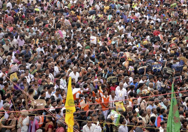 Devotees crowd to attend the Maha Pushkaralu, a Hindu festival, on the banks of river Godavari at Rajahmundry in Andhra Pradesh, India, July 14, 2015