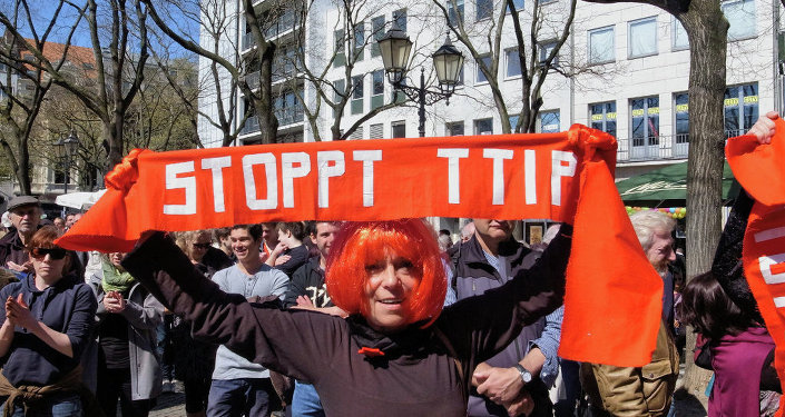 The US has full control over the Italian government regarding the TTIP deal, Manlio Di Stefano told Sputnik.
