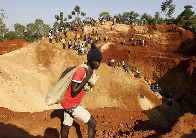 Gold prospectors work at an open-pit mine in the village of Kogelo, west of Kenya's capital Nairobi, July 15, 2015