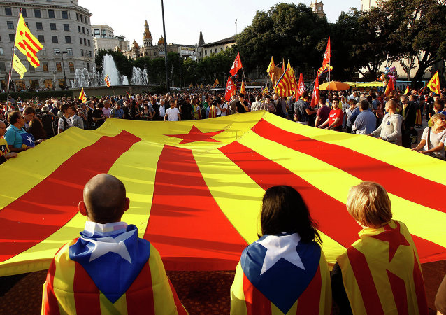 Supporters of an independant state of Catalonia and Republicans display a huge Catalan flag. File photo