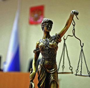 Статуэтка богини правосудия Фемиды в зале суда