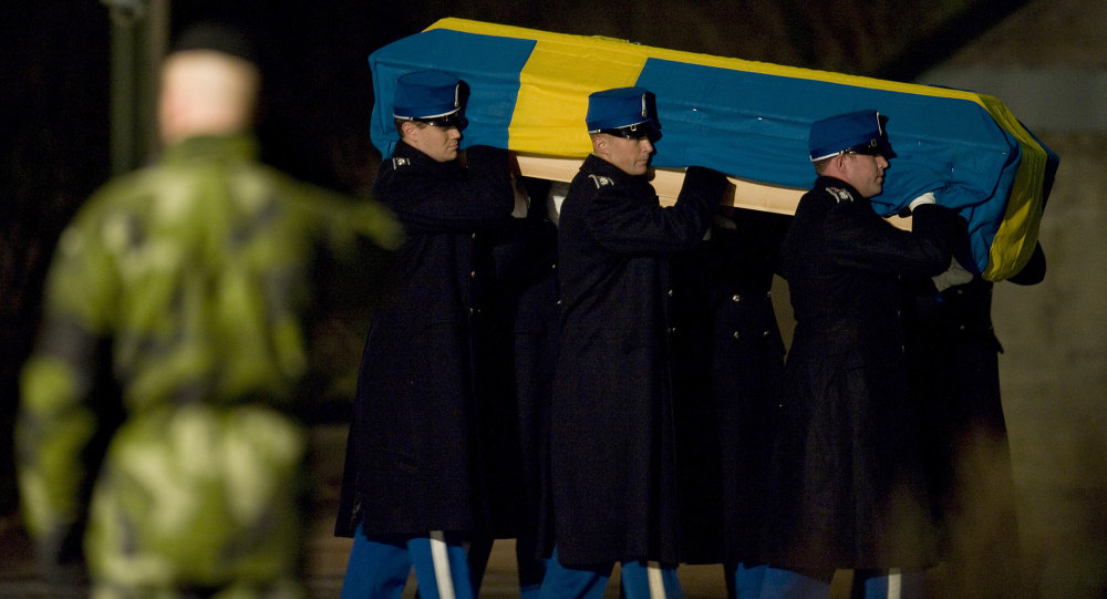 Six Swedish soldiers carry the coffin of Swedish soldier, Sargent Kenneth Wallin, from a Swedish Air Force Hercules aircraft upon arrival at Arna airport in Uppsala on October 19, 2010