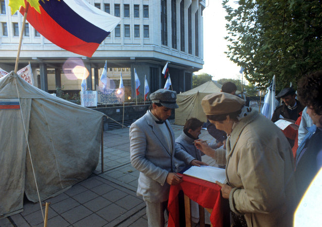Activists of the Crimean Republican Movement collecting signatures for holding a referendum on the peninsula's independence