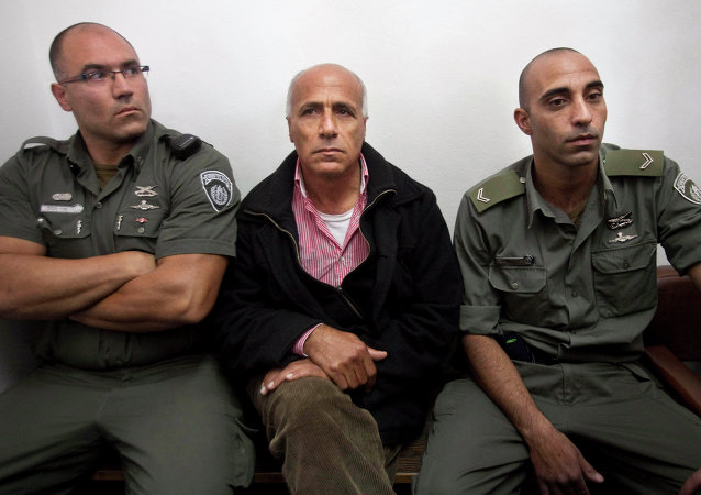 Israeli nuclear whistleblower Mordechai Vanunu, center, sits between two prison guards as he waits in a courtroom before a hearing in Jerusalem in 2009.