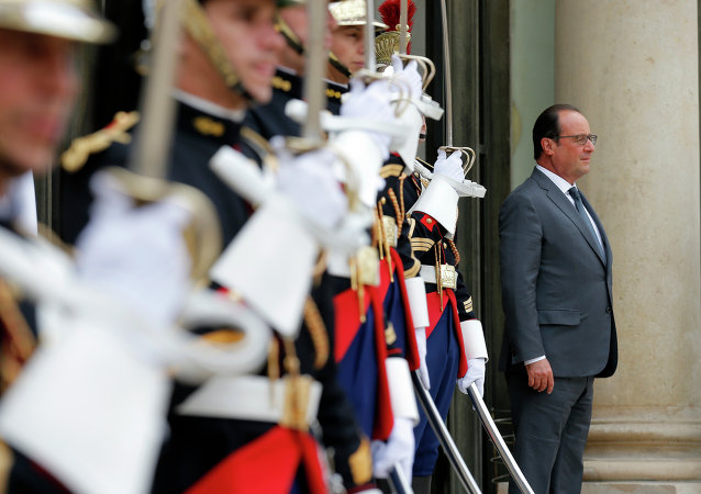 French President Francois Hollande waits for the arrival of Antonio Guterres, the United Nations High Commissioner for Refugees (UNHCR), at the Elysee Palace in Paris, France, Monday, Sept. 7, 2015.