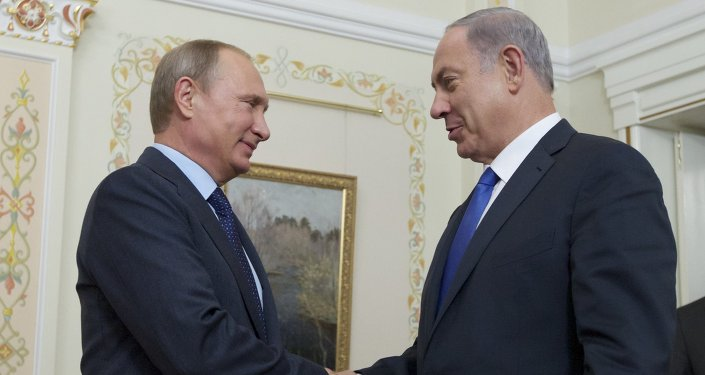 Russian President Vladimir Putin (L) shake hands with Israeli Prime Minister Benjamin Netanyahu during a meeting at the Novo-Ogaryovo residence, outside Moscow, on September 21, 2015