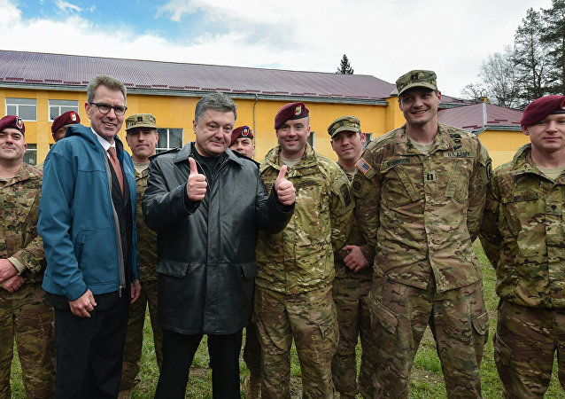 Ukrainian President Petro Poroshenko, third left, with servicemen of the 173rd Airborne Brigade of the United States Army before the Ukrainian-American joint military exercises Fearless Guardian-2015