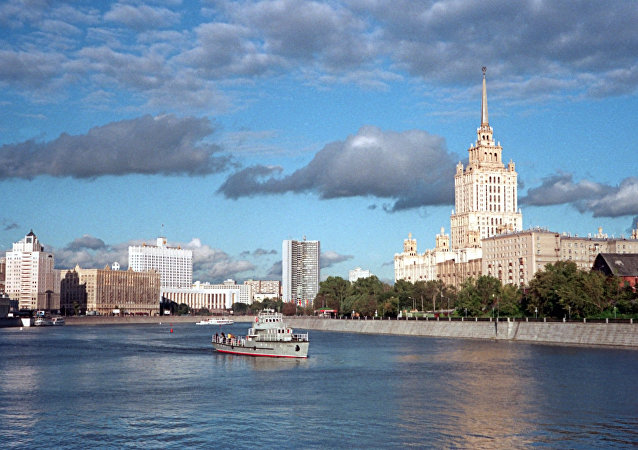 The Taras Shevchenko walkway (right) along the Moscow Embankment. The photo also features a view of the Hotel Ukraina, the Russian House of Government, and the Moscow Mayor's Office.