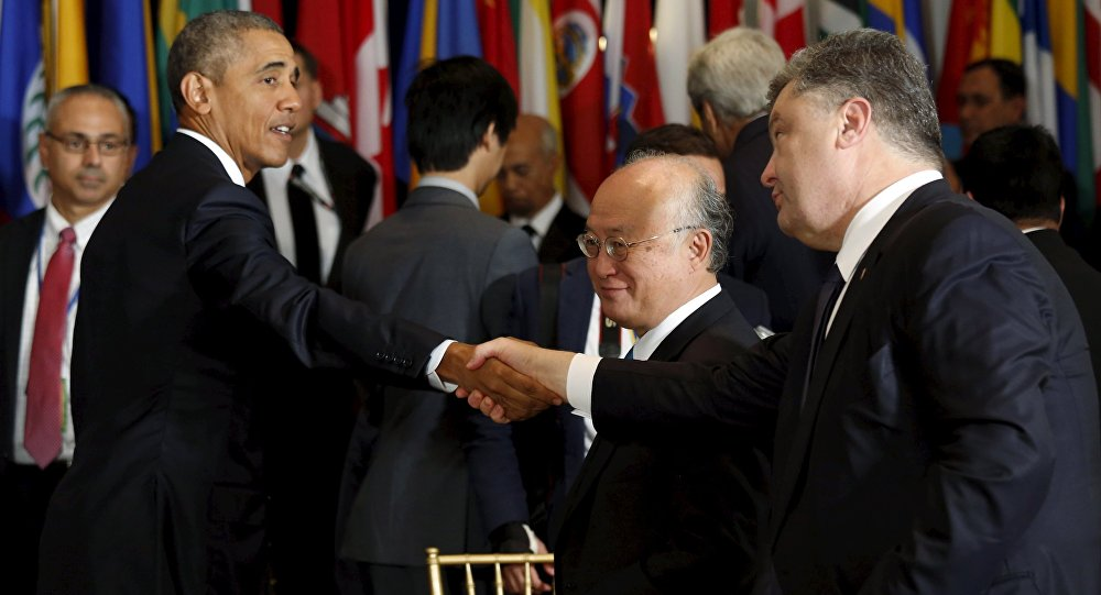 U.S. President Barack Obama and Ukraine's President Petro Poroshenko shake hands during the luncheon at the United Nations General Assembly in New York September 28, 2015