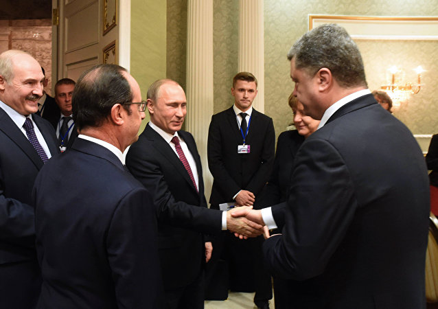 Russian President Vladimir Putin (C) shakes hands with Ukrainian President Petro Poroshenko (R) during a meeting on February 11, 2015 in Minsk