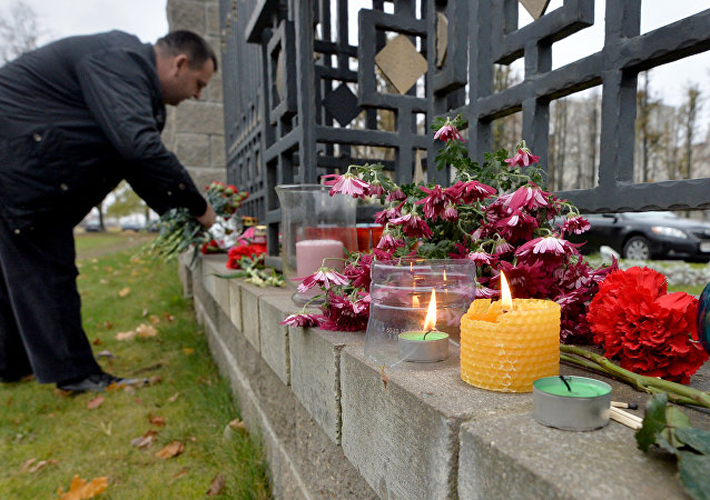 Minsk residents lay flowers near the Russian embassy in memory of the Airbus A321 crash victims