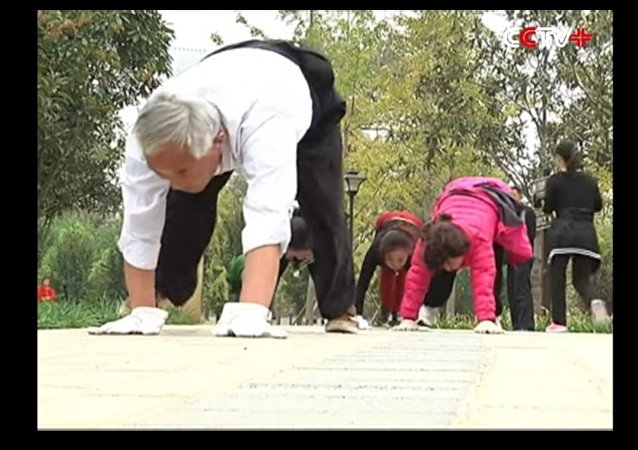 Crawling Becomes Popular Exercise in Central China's City