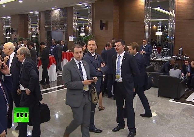 Full video of a man 'eavesdropping' on Putin & Obama at G20