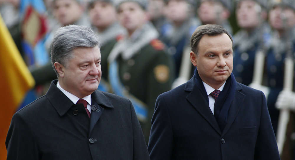 Poland's President Andrzej Duda (R) and his Ukrainian counterpart Petro Poroshenko inspect honour guards during a welcoming ceremony in Kiev, Ukraine December 15, 2015