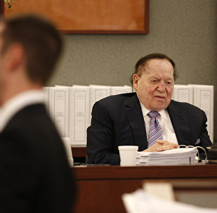 Las Vegas Sands Corp. Chairman and CEO Sheldon Adelson, right, testifies in court Monday, May 4, 2015, in Las Vegas. Steven Jacobs, former Sands Macau resort chief, is suing Sands China and Las Vegas Sands Corp. over a wrongful termination case.