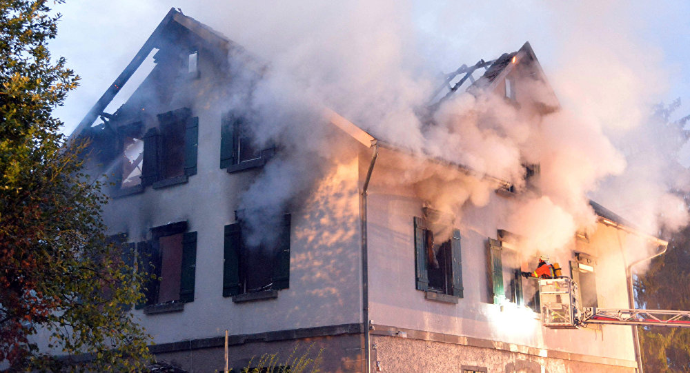 Smoke billows from a burning house that was planned to be converted into a shelter for asylum seekers in Weissach, southern Germany (File)