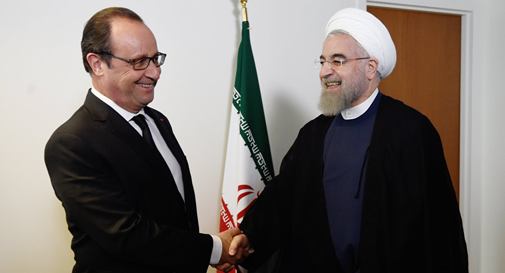 French President Francois Hollande (L) welcomes his Iranian counterpart Hassan Rouhani for a meeting during the 70th UN General Assembly on September 27, 2015, in New York