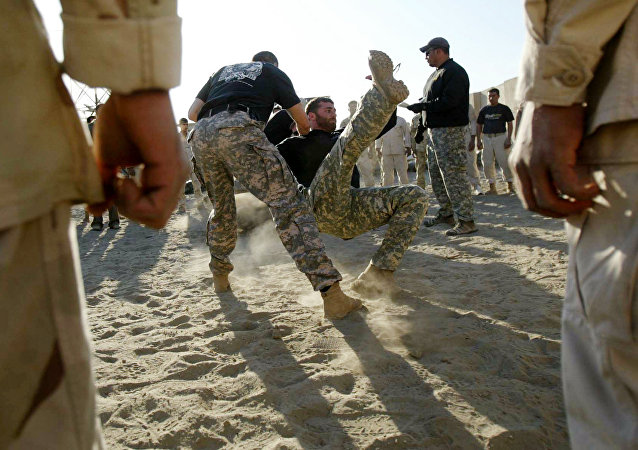 Iraqi Army Scorpions Forces personnel (C) are trained in hand-to-hand combat by US military personnel in Hilla, 120 kms south of Baghdad