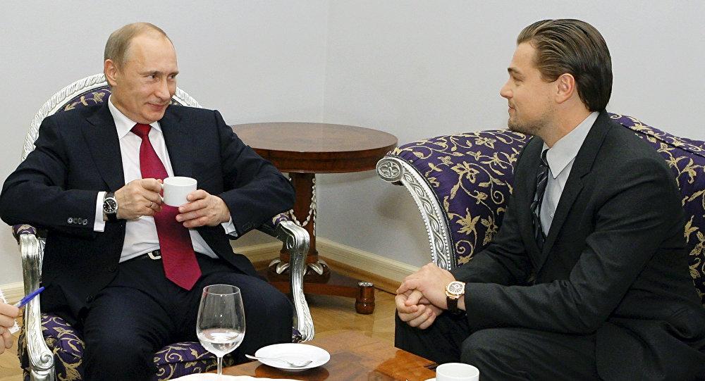 Russian Prime Minister Vladimir Putin (L) speaks with US actor Leonardo DiCaprio on November 23, 2010