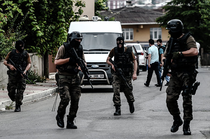 Turkish special police officers patrol in the street after clashes with attackers on August 10, 2015 at the Sultanbeyli district in Istanbul.