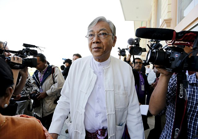 Htin Kyaw (C), the National League for Democracy (NLD) nominated presidential candidate for the lower house of parliament, arrives at Parliament in Naypyitaw February 1, 2016. Picture taken February 1, 2016