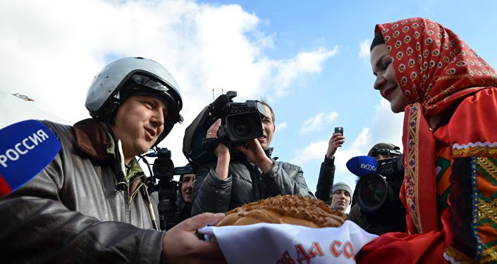 Russian pilots receive hero's welcome after returning from Syria