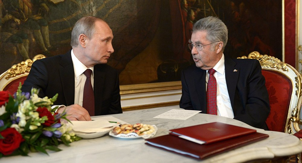 Presidents Vladimir Putin (left) of Russia and Heinz Fischer of Austria (File)