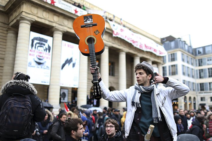 A demonstrator holds up his guitar in support of temporary arts workers, known as intermittents, who occupy the Odeon theater in Paris, France, April 26, 2016, to protest against the change of their unemployment benefits.