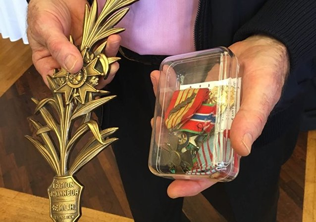 Another French couple has sent their own WWII-era medals to the family of the late Russian officer who gave his life to help liberate the ancient city of Palmyra from Daesh terrorists in March 2016, according to RIA Novosti