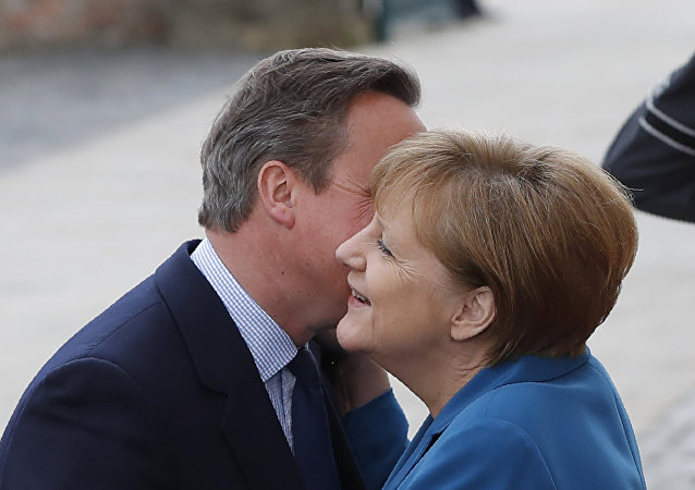 German Chancellor Angela Merkel welcomes British Prime Minister David Cameron as he arrives for an informal meeting at the Herrenhausen Palace in Hanover, central Germany on April 25, 2016.