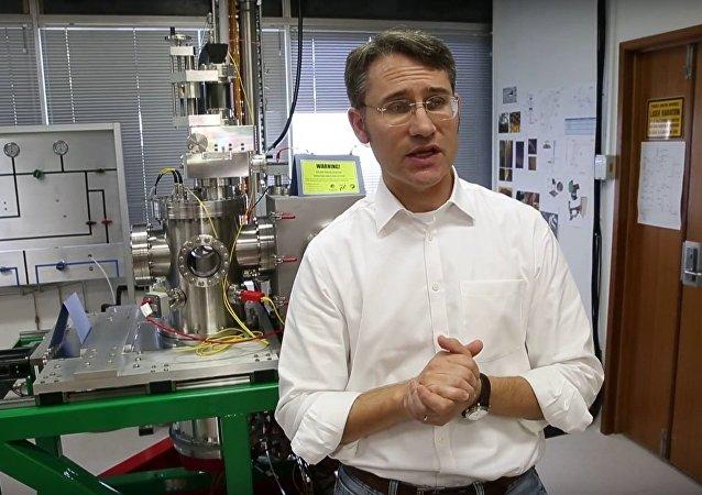 Prof Paul Dastoor talks about the helium microscope