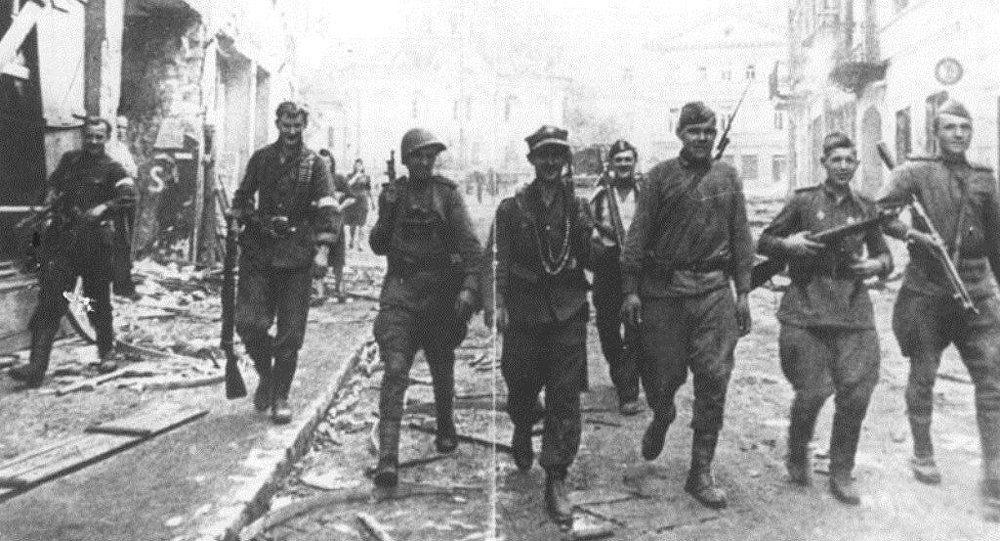 Soviet and Polish Armia Krajowa soldiers in Vilnius, July 1944.