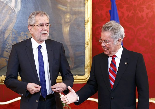 Austrian President Heinz Fischer (R) welcomes President-elect Alexander Van der Bellen in his office in Vienna, Austria, May 24, 2016.