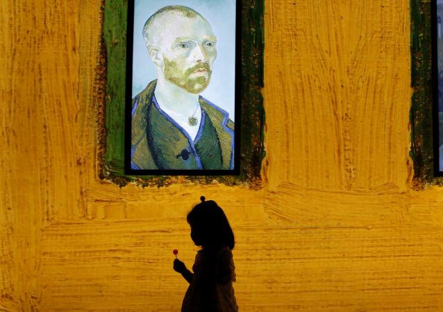 Девочка на мультимедийной выставке Meet Vincent van Gogh в Пекине