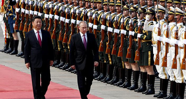 Le président russe Vladimir Poutine (R) et son homologue chinois Xi Jinping assister à une cérémonie d'accueil à l'extérieur du Grand Palais du Peuple à Beijing, en Chine, le 25 Juin, 2016