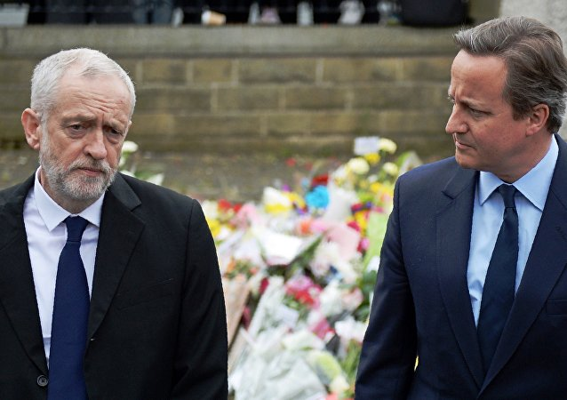 British Prime Minister David Cameron (R) and Labour Party leader Jeremy Corbyn (L)