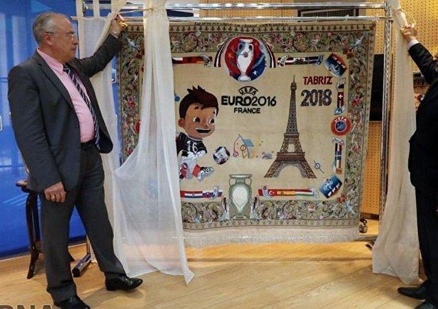 Посол Ирана в Париже Али Ахани (Ali Ahani) подарил Федерации футбола Франции шелковый тебризский ковер с рисунком