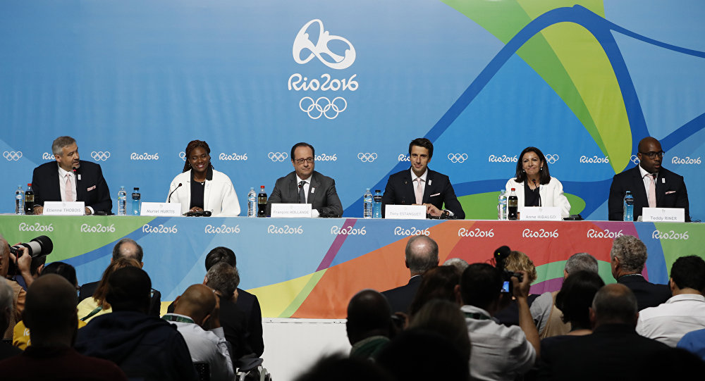 From left : French Director of Paris 2024 Olympic committee, Etienne Thobois, French athlete Muriel Hurtis, France's President François Hollande, French athlete Tony Estanguet, Paris Mayor Anne Hidalgo and French judoka Teddy Riner give a press conference to support the candidacy of Paris for the Olympic Games 2024, on August 5, 2016 in Rio de Janeiro