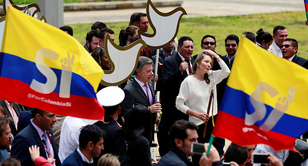 Colombia's President Juan Manuel Santos (L) and Colombian First Lady Maria Clemencia de Santos arrives at congress to present the FARC peace accord to the Colombian Congress in Bogota, Colombia, August 25, 2016.