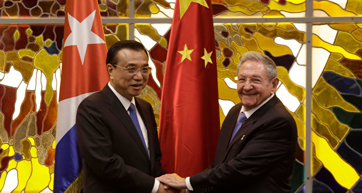 Chinese Premier Li Keqiang (L) is received by Cuban President Raul Castro (R) at the Palace of the Revolution in Havana