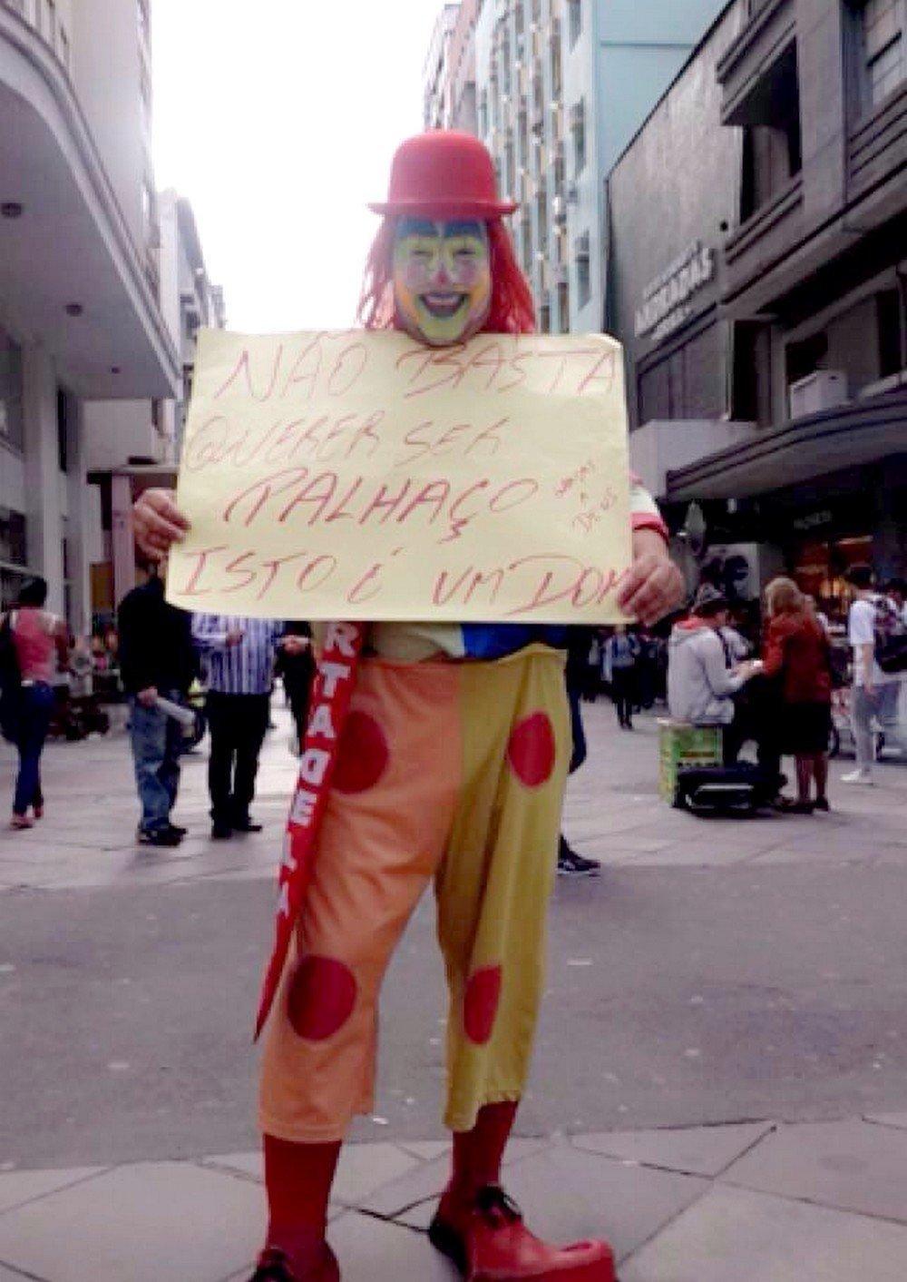 Ariel Brandão, the Sausage Clown at the protest