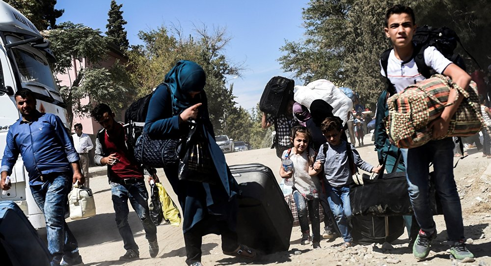 Syrian refugees walk on their way back to the Syrian city of Jarabulus (File)