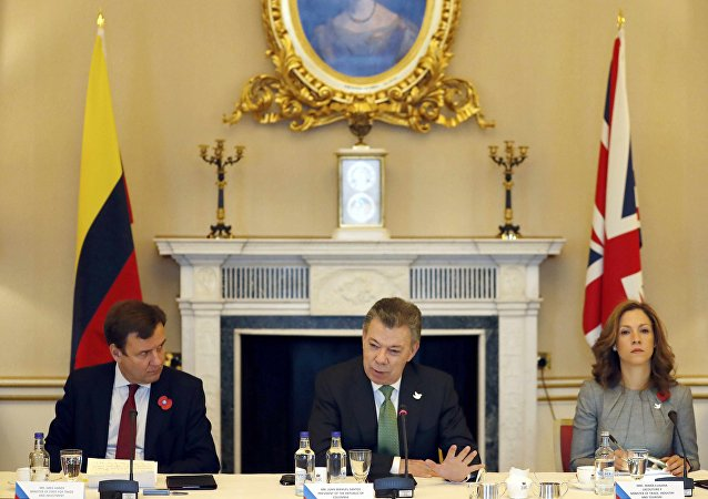 Colombia's President Juan Manuel Santos (C) sits with Greg Hands, Britain's Minister of State for Trade and Investment (L), and Maria Claudia Lacouture, Minister of Trade Industry and Tourism, during a business meeting at Buckingham Palace, in central London, Britain November 2, 2016.