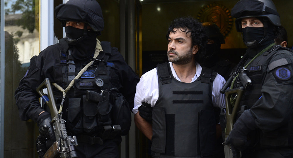 Colombian drug trafficker Henry de Jesus Lopez Londono(C) aka Mi Sangre leaves the drugs departmnent of Argentine Federal Police on his way to the court in Comodoro Py in Buenos Aires on October 31, 2012