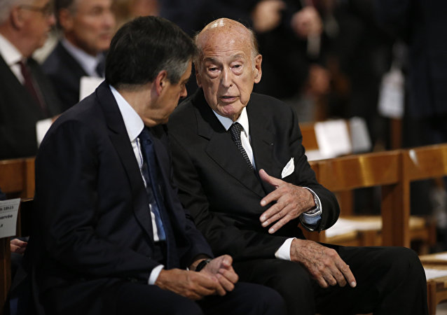 Former French President Valery Giscard d'Estaing (R)